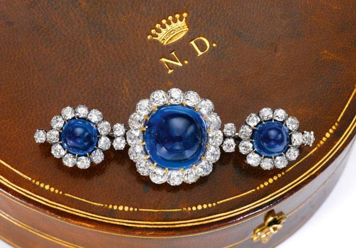 Brooch cài áo vintage từ cuối thế kỷ 19, gắn sapphire Kashmir. Ảnh: Sotheby's