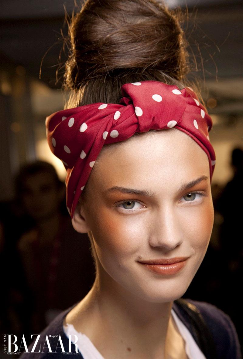 9 cách tạo kiểu tóc với khăn cho ngày tóc rối 11