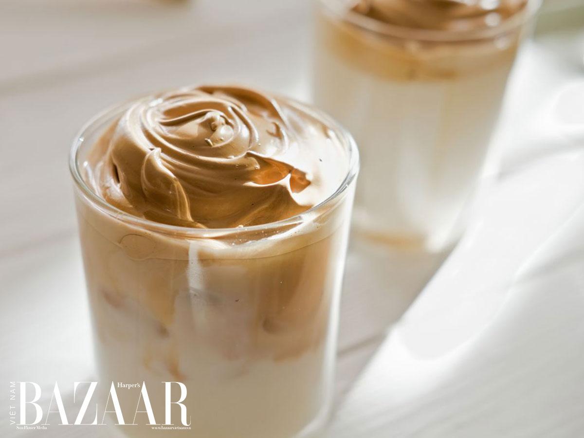 Cà phê dalgona dẻo quánh vui mắt nhưng vừa nhiều đường vừa nhiều caffeine, dễ khiến bạn cảm thấy mệt mỏi về lâu dài.