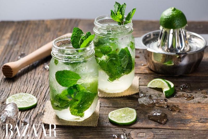Thay vì dùng cocktail, bạn có thể thử nước có ga infuse với các loại rau củ, trái cây và thảo mộc. Vừa đẹp mắt vừa ít đường.