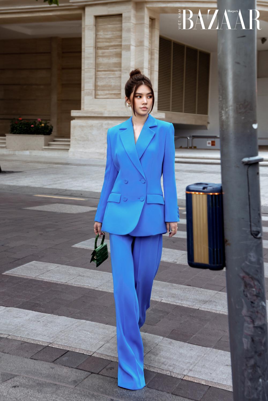 Cách mặc suit mùa hè đẹp và trẻ trung là chọn những tông màu sáng như pastel, màu kẹo, trắng và beige.