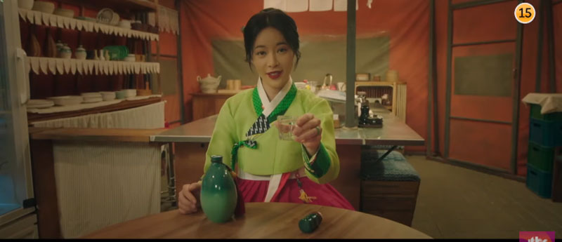 Hwang Jung Eum mặc hanbok màu tươi sáng