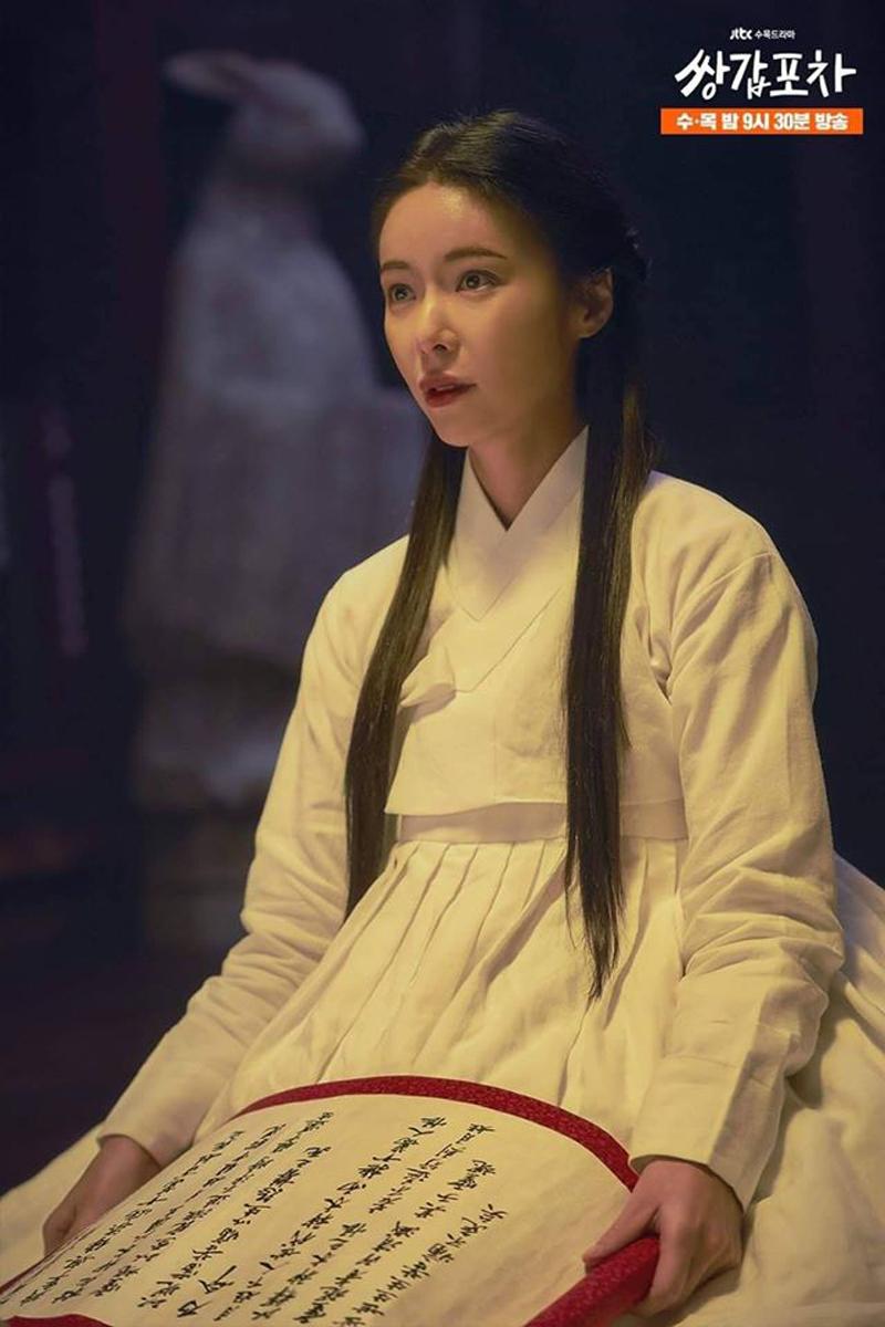 Hwang Jung Eum trong lớp lót hanbok cổ truyền trắng