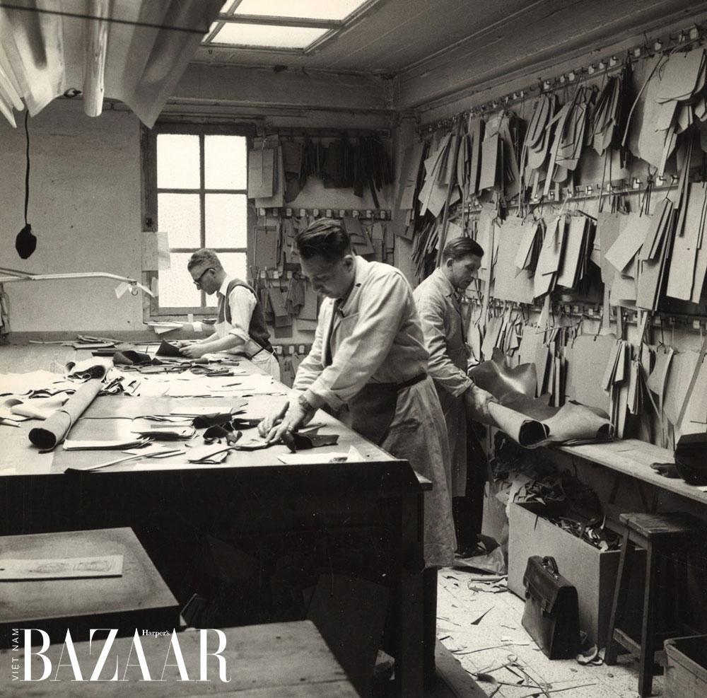 Các nghệ nhân Delvaux đang làm việc trong xưởng. Ảnh: Delvaux