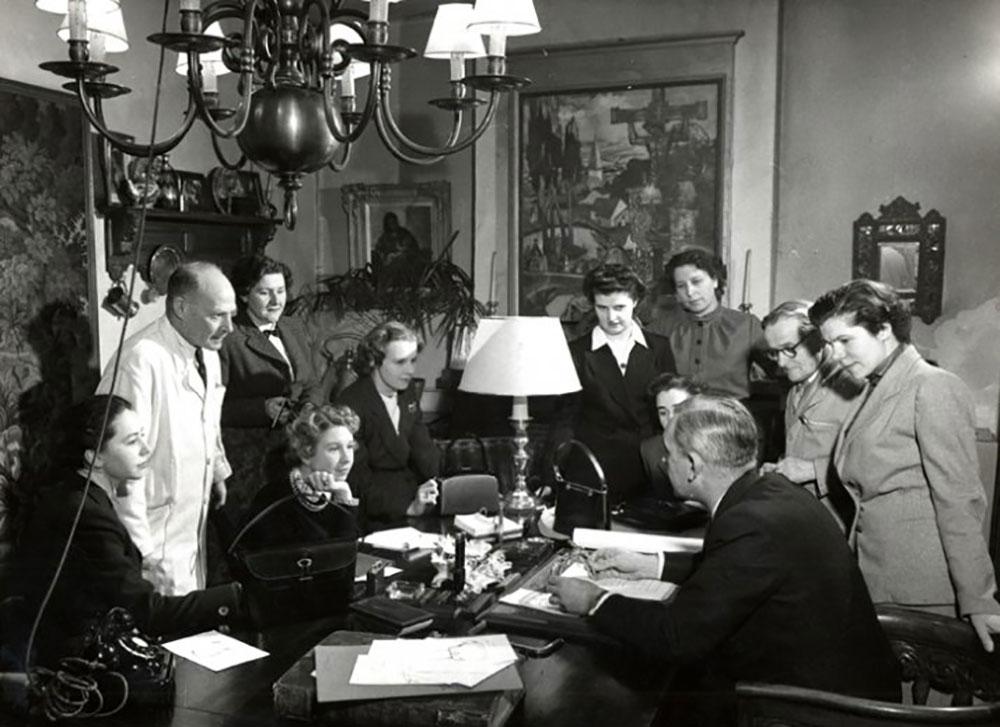 Ông Franz Schwennicke họp cùng nhân viên lên ý tưởng cho sản phẩm Delvaux, thập niên 1950. Ảnh: Delvaux