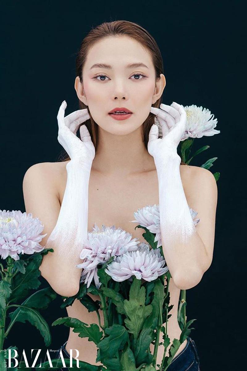 Bộ ảnh Minh Hằng tuổi 33 với hoa cúc