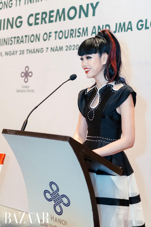 Jessica Minh Anh xinh như búp bê tại lễ ký kết quảng bá du lịch Việt Nam