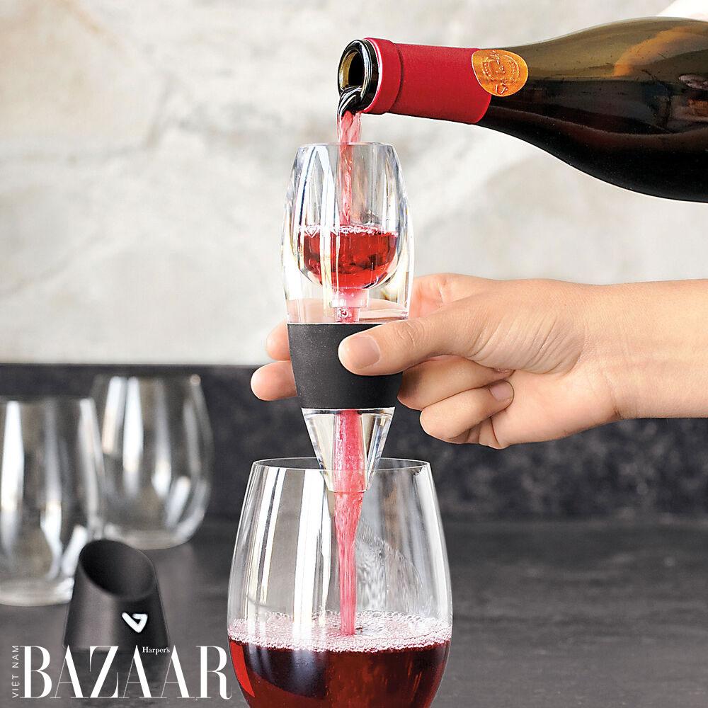 Đồ sục ôxy rượu vang (aerator) của Vinturi như một phễu lọc, dễ sử dụng.