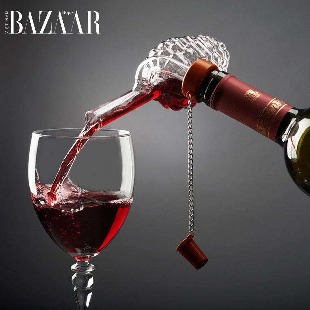 Một loại đồ sục rượu vang được gắn trực tiếp vào miệng chai rượu. Ảnh: Petagadget
