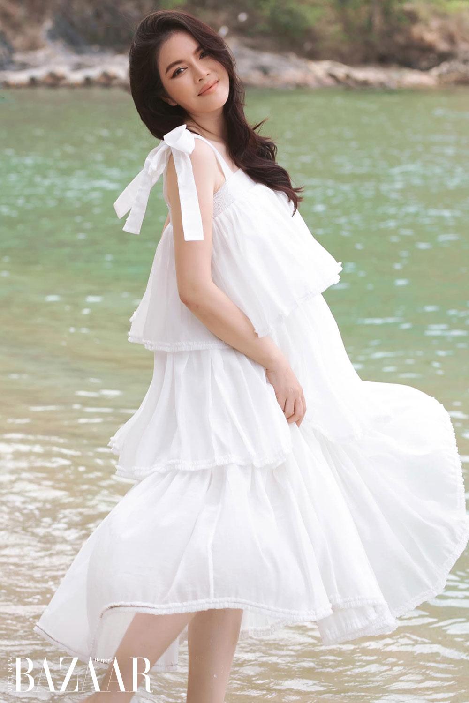 Lý Nhã Kỳ mặc đầm trắng đi biển của VUNGOC&SON