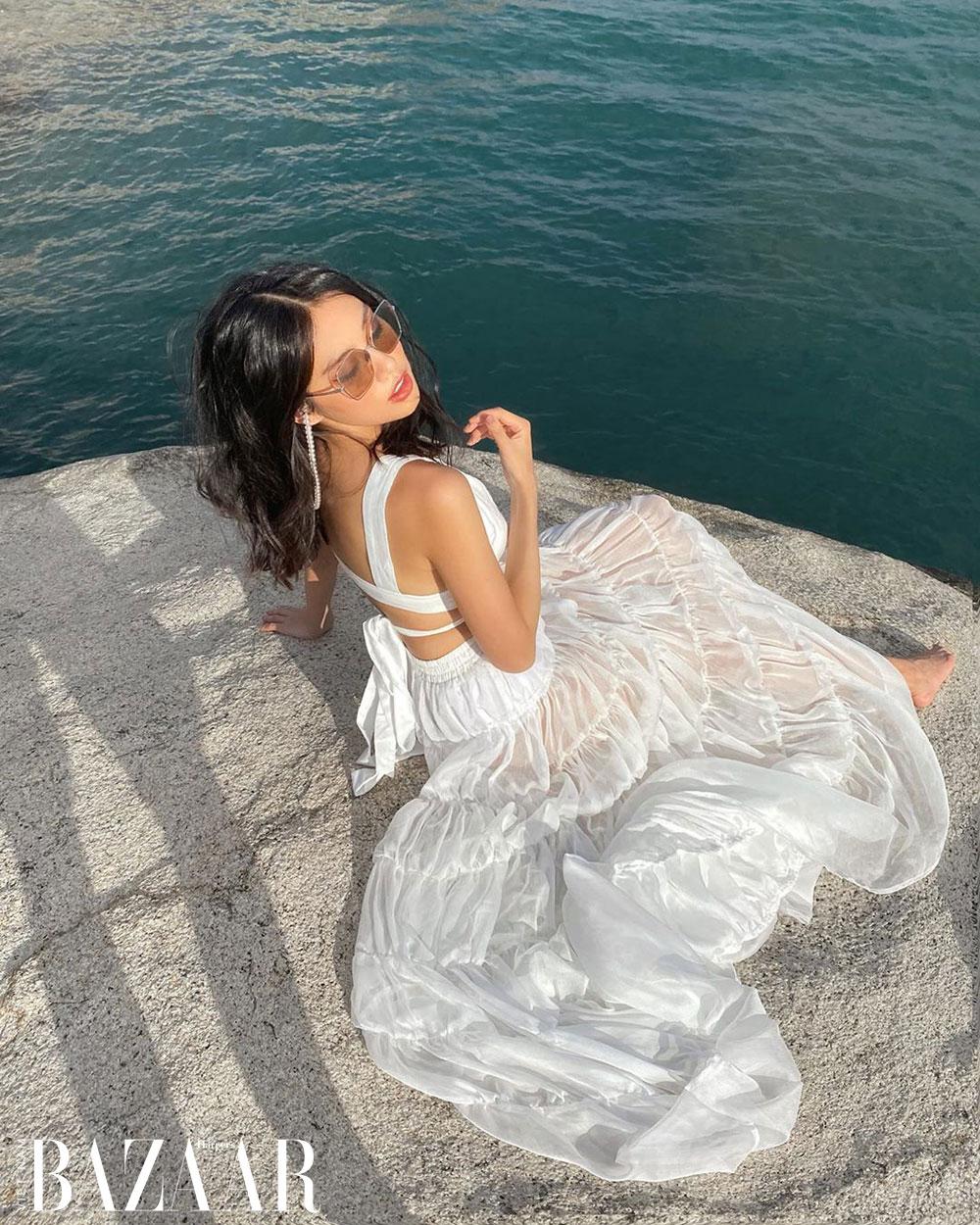 Thảo Nhi Lê mặc đầm trắng đi biển DAPHALE Studio