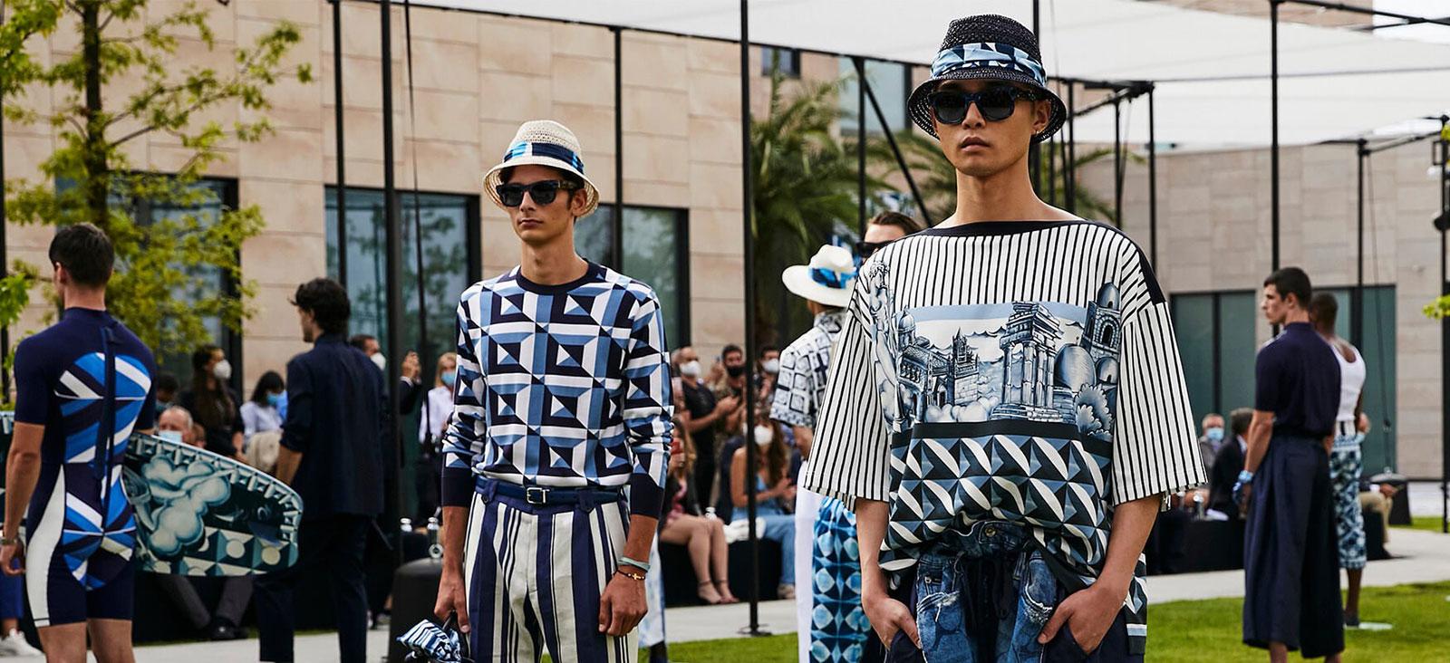 Khi kết thúc show thời trang Dolce & Gabbana, người mẫu cũng đứng khá xa nhau trên sàn diễn