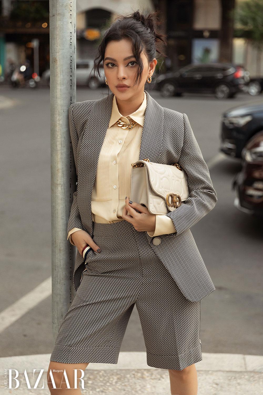 Tú Hảo mặc suit gồm áo vest và quần short Bermuda
