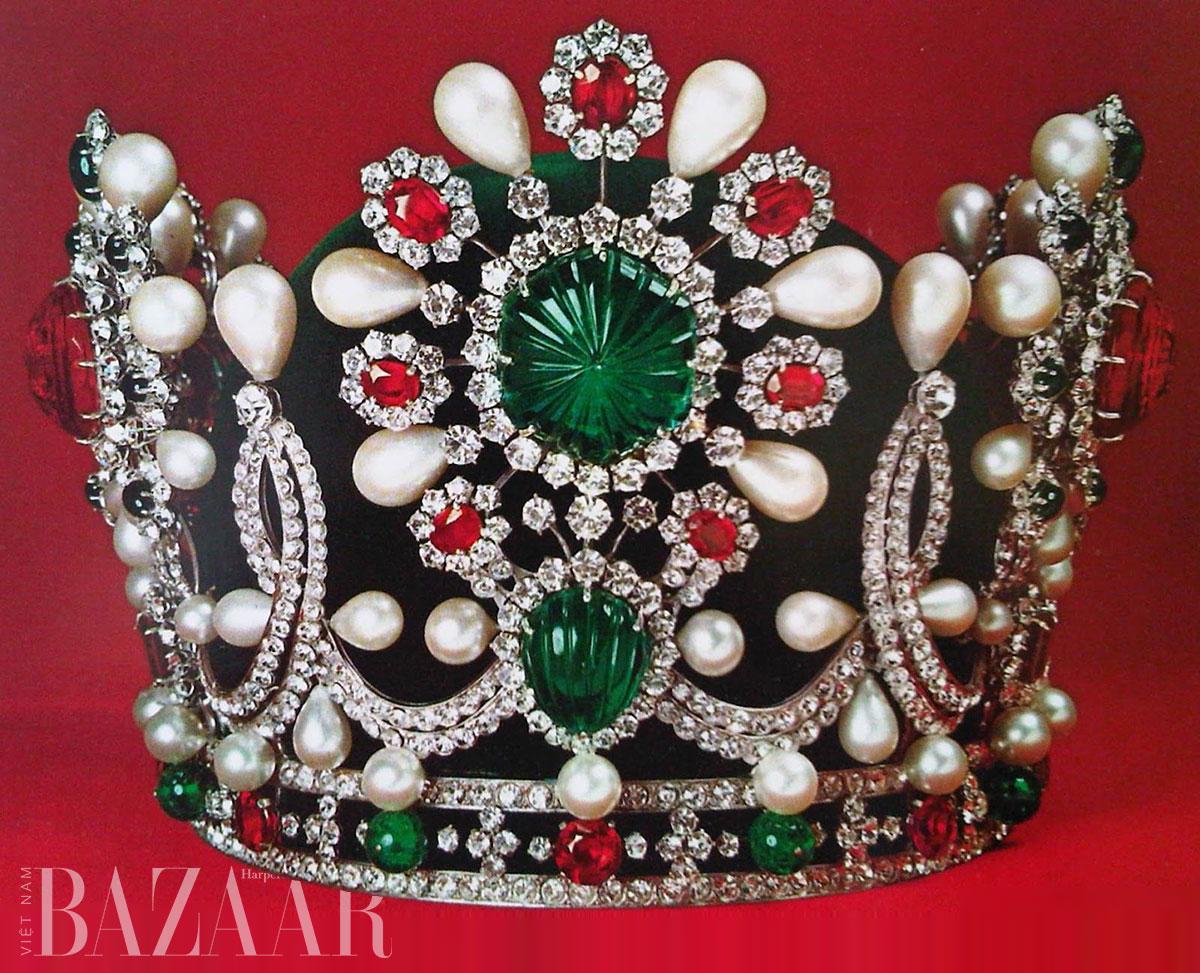 Vương miện của nữ hoàng Iran Farah Pahlavi có ngọc trai baroque