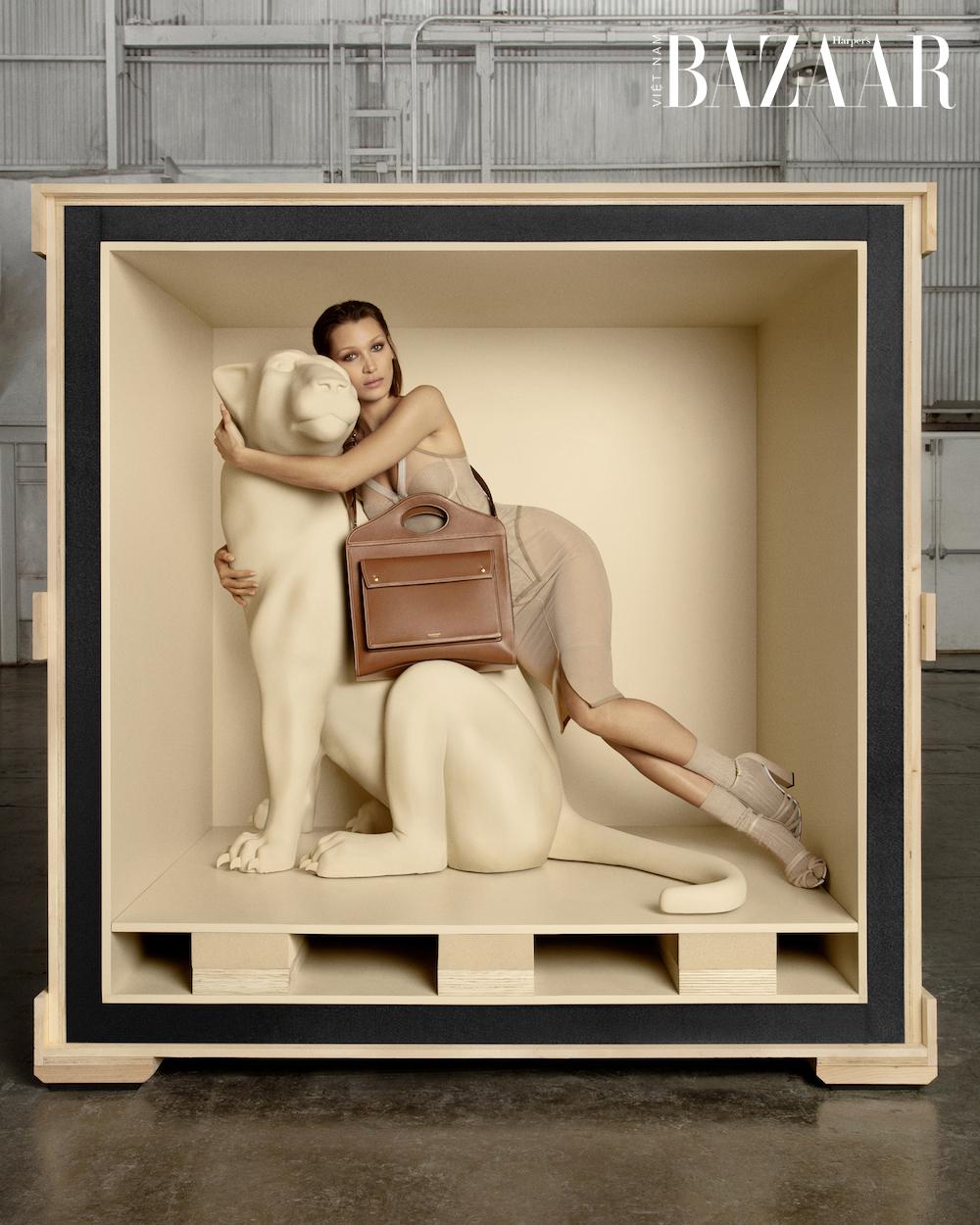 Bella Hadid hóa báo đen trong chiến dịch quảng cáo Pocket Bag Burberry