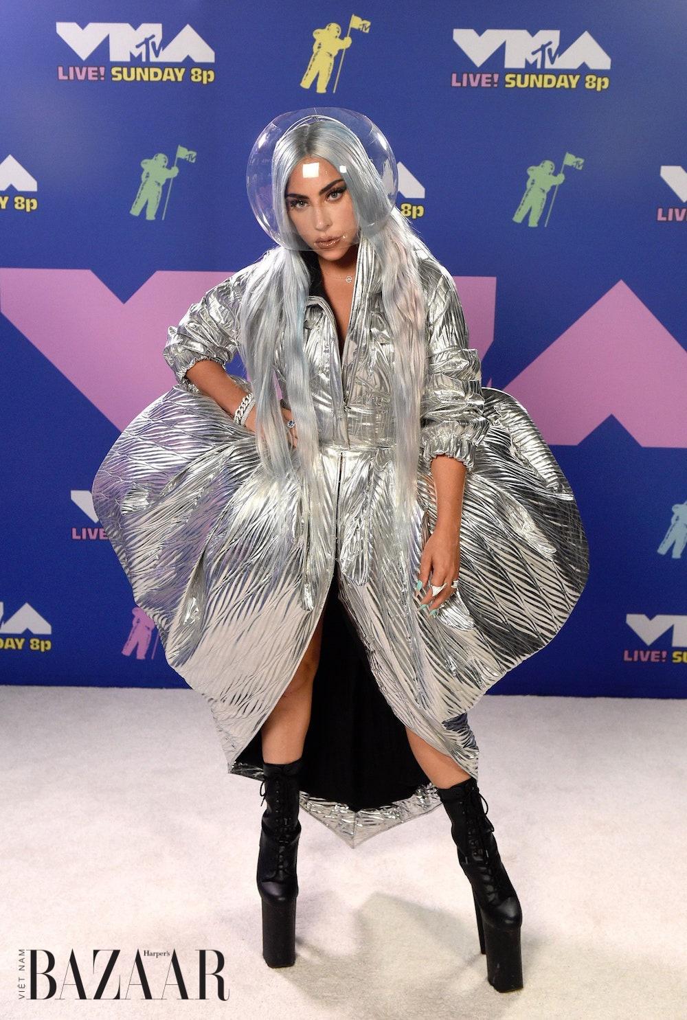 Lady Gaga khuấy đảo VMA với trang phục Haute Couture và ...khẩu trang!