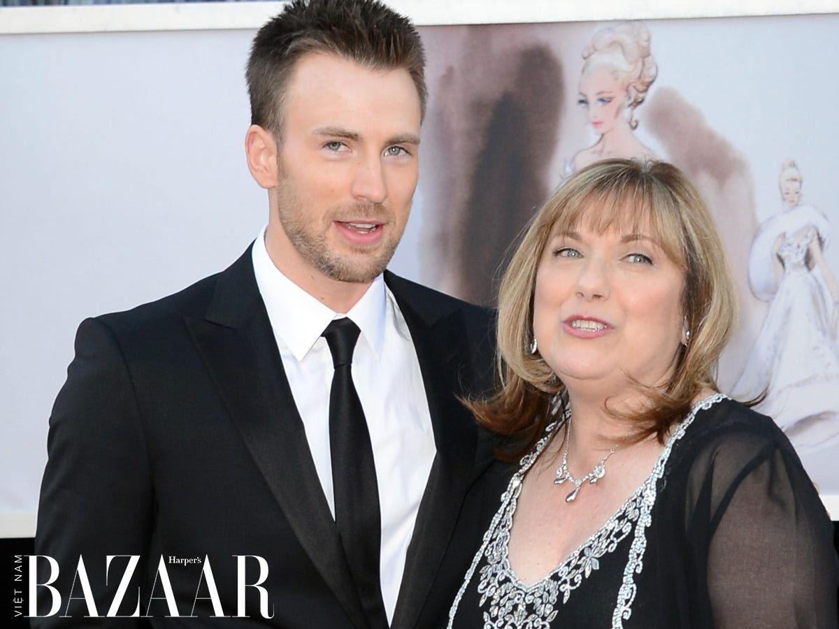 Chris Evans và mẹ Lisa trên thảm đỏ Oscar 2013