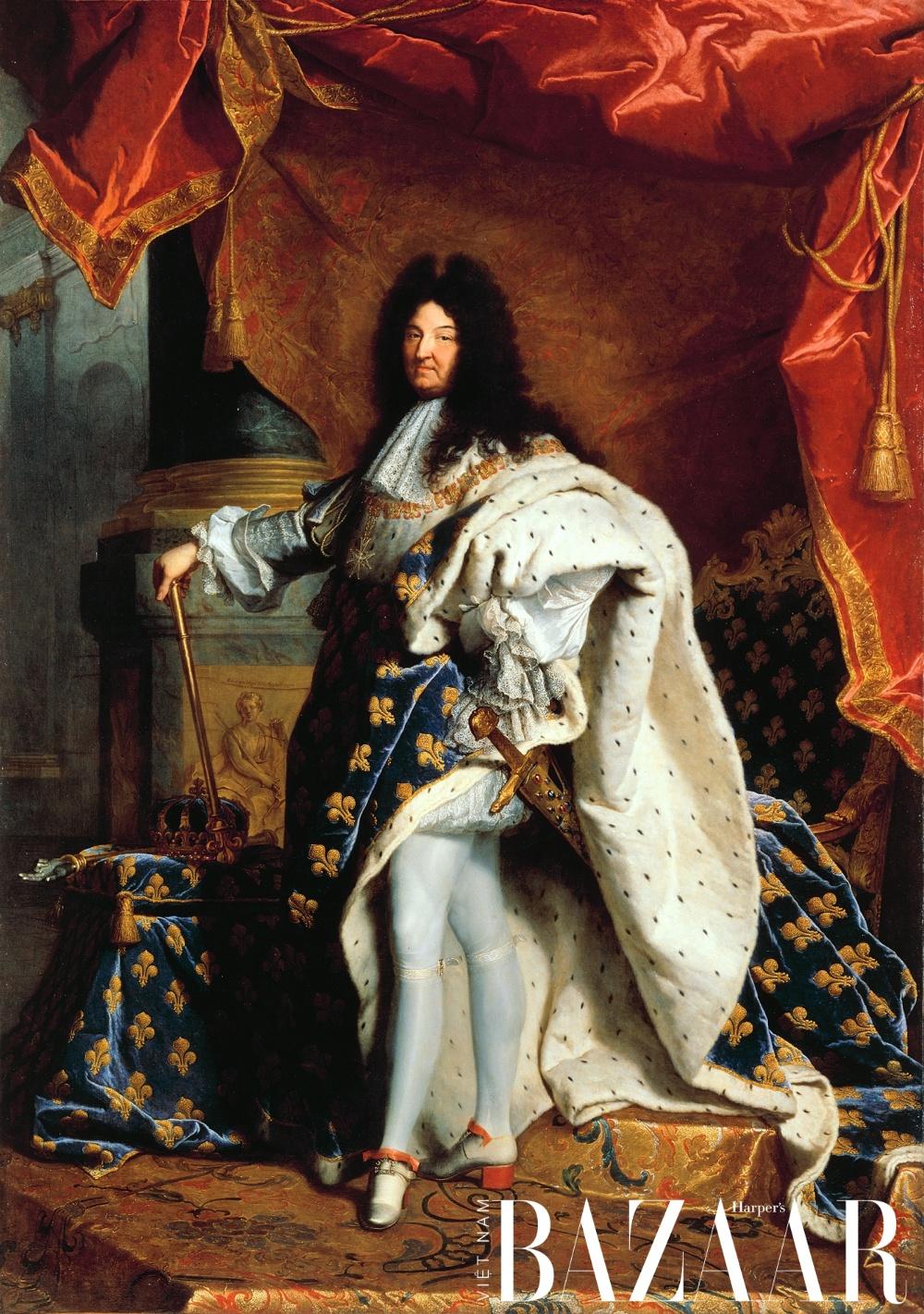 Vua Louis XIV trong áo khoáng bằng nhung và lông chồn ermine. Tranh sơn dầu do Hyacinthe Rigaud thực hiện năm 1701. Ảnh: Bảo tàng Louvre