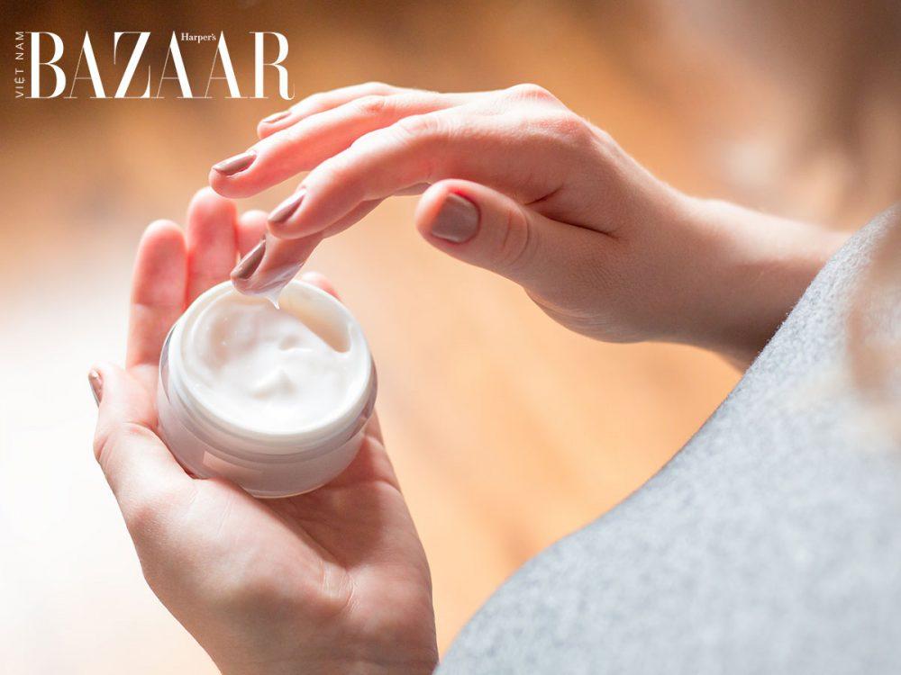 massage mặt bằng đá viên làm tăng khả năng hấp thụ kem dưỡng