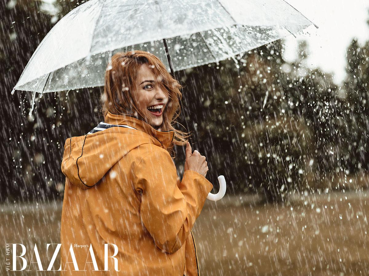 Mặc gì trong ngày mưa bão để không bị cảm? | Chất liệu vải kháng nước