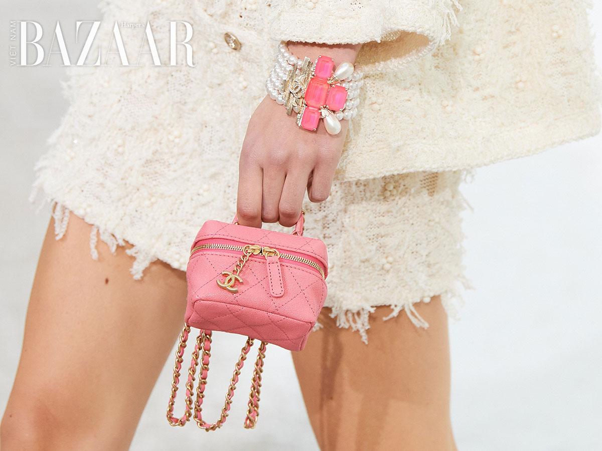 Xu hướng túi xách mini tiếp tục khuấy đảo sàn diễn Chanel Xuân Hè 2021