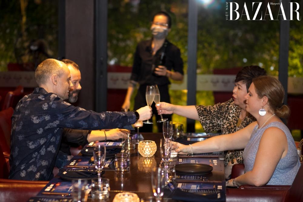 Thực khách vui vẻ thưởng thức các món ăn trong buổi tiệc Once In A Blue Moon.