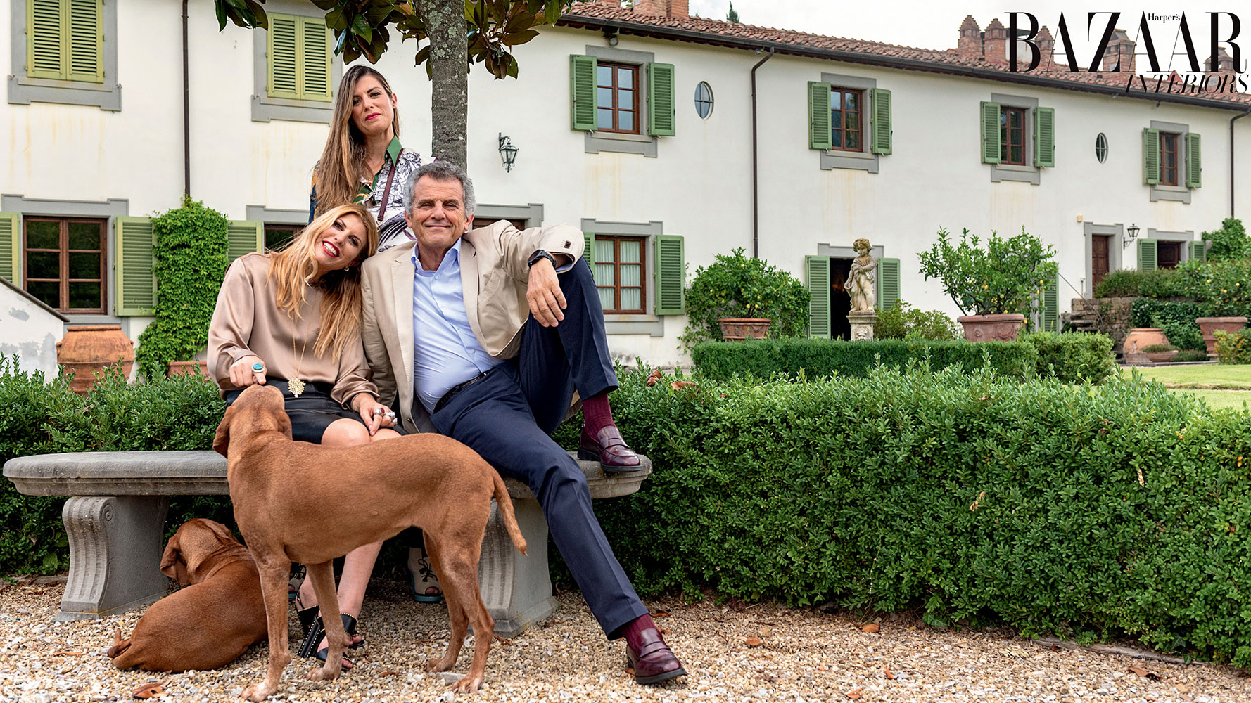 Ông Ferruccio Ferragamo ở villa Il Borro cùng hai con gái Vivia (đang ngồi) và Vittoria (đang đứng). Ảnh: Harper's Bazaar Arabia