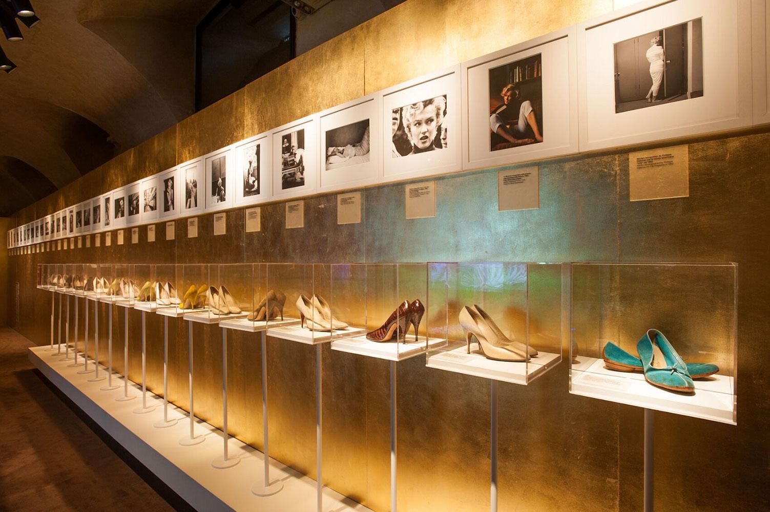 Năm 2012, Salvatore Ferragamo từng mở triển lãm về Marilyn Monroe, trưng bày những đôi giày cô từng mang từ thương hiệu. Ảnh: The Skinny Beep