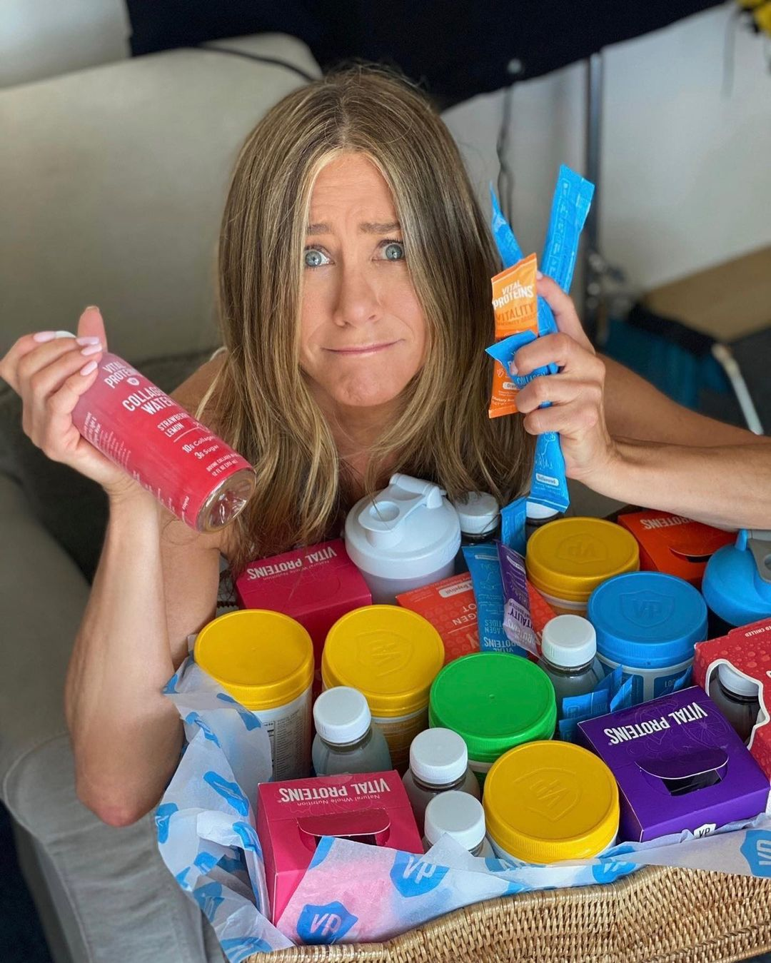 Jennifer Aniston khoe cơ bụng phẳng lì ở tuổi 51, bật mí cách ăn giữ dáng 1