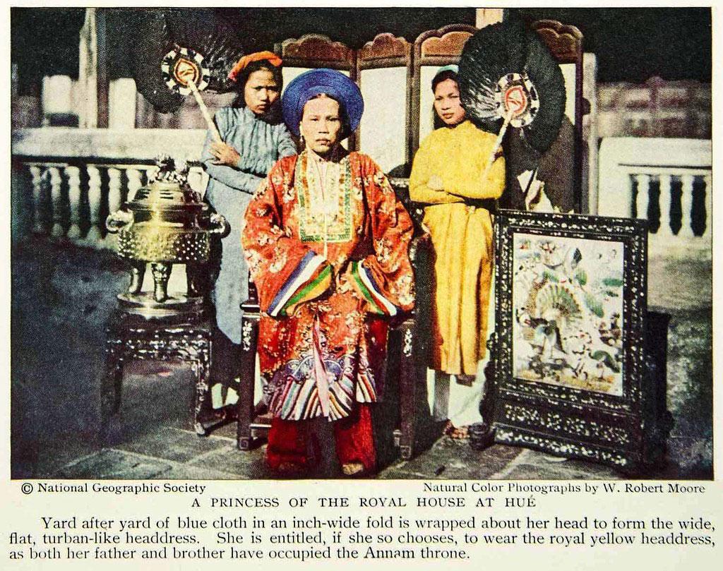 Mỹ Lương Công chúa, húy là Tốn Tùy - chị gái Vua Thành Thái, và hai nữ hầu. Bà mặc áo Nhật Bình màu hỏa hoàng. Ảnh: Robert Moore/National Geographic