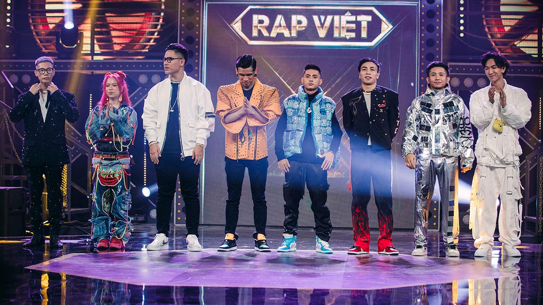 Top 8 thí sinh lọt chung kết Rap Việt 2020. Họ đều diện trang phục hypebeast đậm chất athleisure và streetwear. Ảnh: Vie Channel