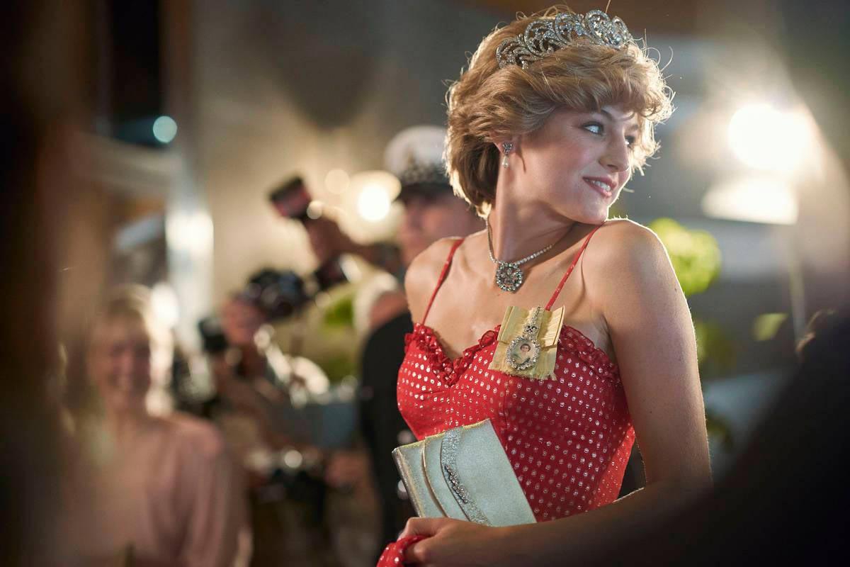 Emma Corrin thủ vai Diana Spencer thuở còn rất trẻ trong The Crown