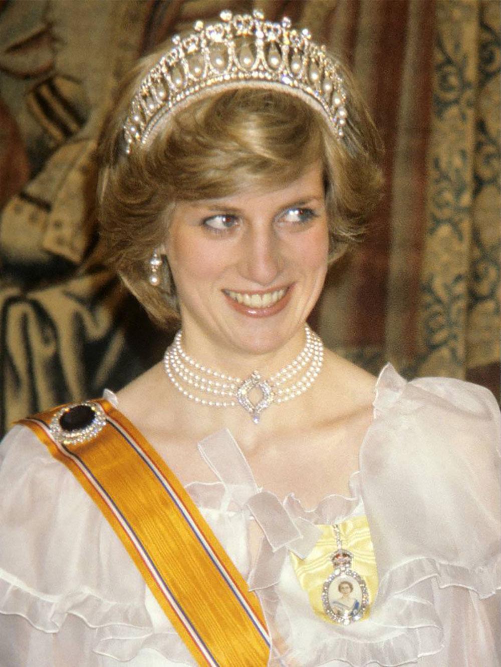 Kate Middleton đeo vòng ngọc trai của Diana tại lễ tang hoàng thân Philip