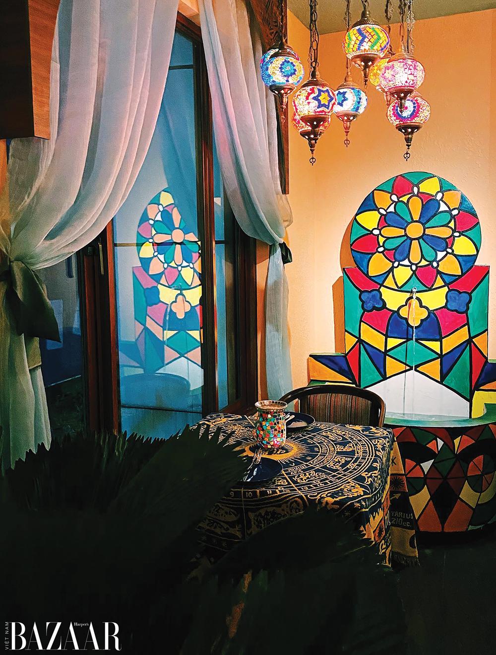 Amun Restaurant & Lounge nằm trên tầng 3 của một tòa nhà tọa lạc ngay giữa lòng Sài Gòn hoa lệ
