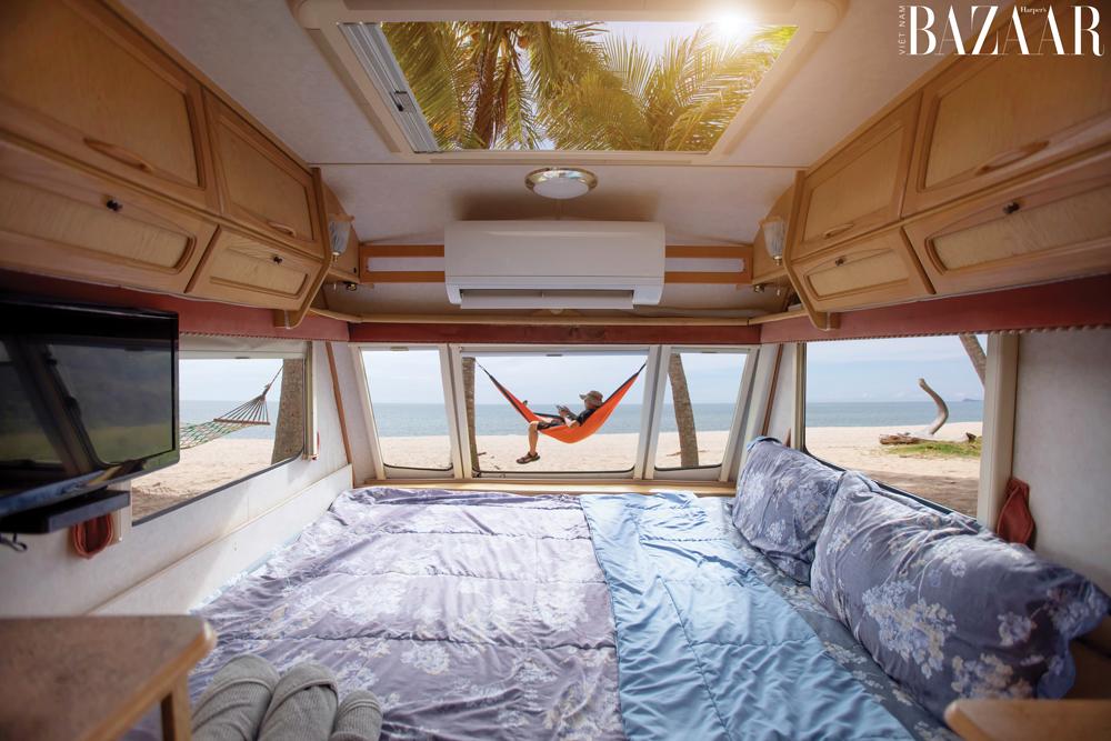 Không gian riêng tư trong xe caravan tràn ngập ánh nắng tự nhiên