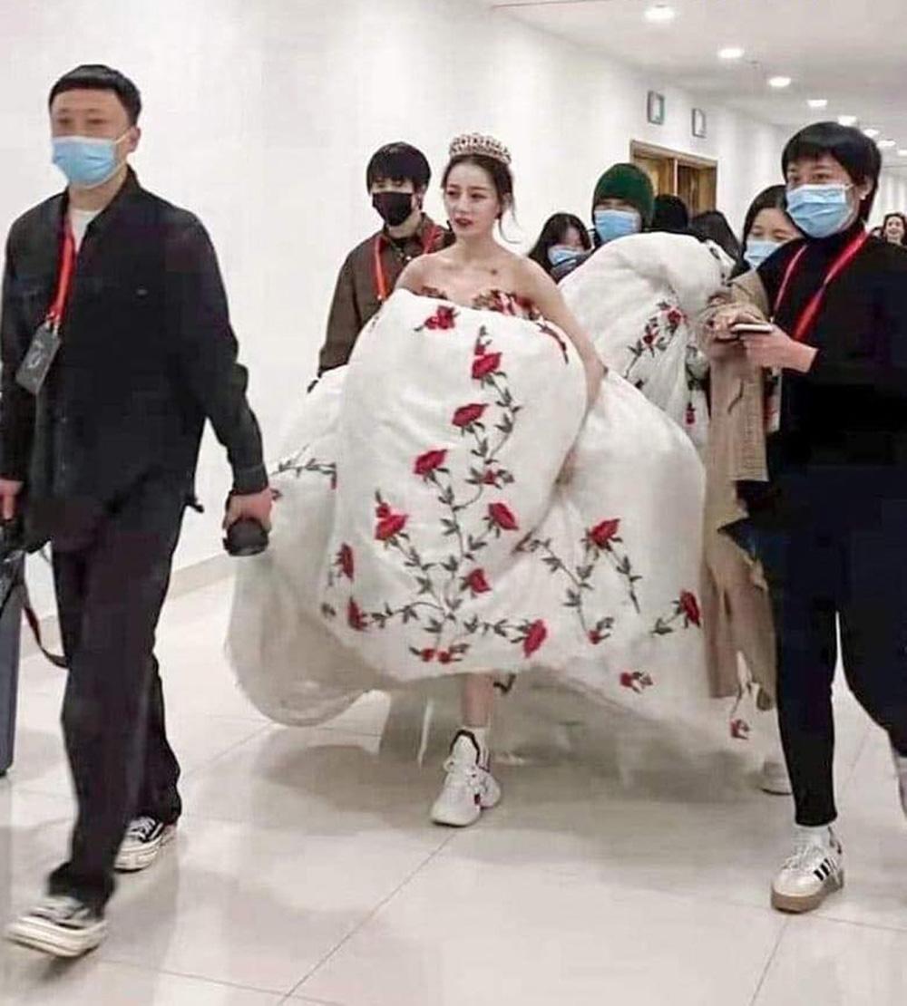 Mặc đầm dạ hội, đi sneaker: Phong cách sang chảnh mà tiện lợi của Dương Mịch, Địch Lệ Nhiệt Ba