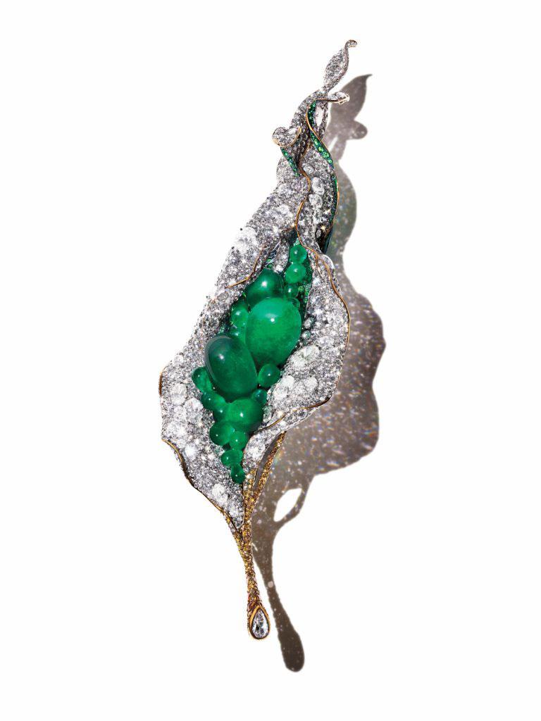 Trâm cài áo Flower Bud cao cấp của Cindy Chao làm bằng titan, kim cương và ngọc lục bảo cắt kiểu cabochon. Ảnh: Cindy Chao