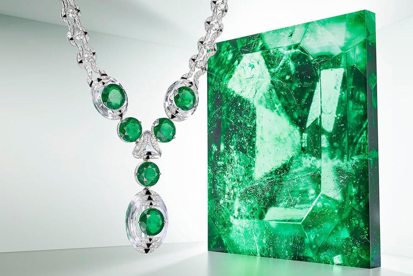 Vòng cổ Cartier Thèia thuộc bộ sưu tập Haute Joaillerie Magnitude. Điểm đặc sắc là các viên ngọc lục bảo Colombia ghép mượt mà với đá quartz trong suốt.