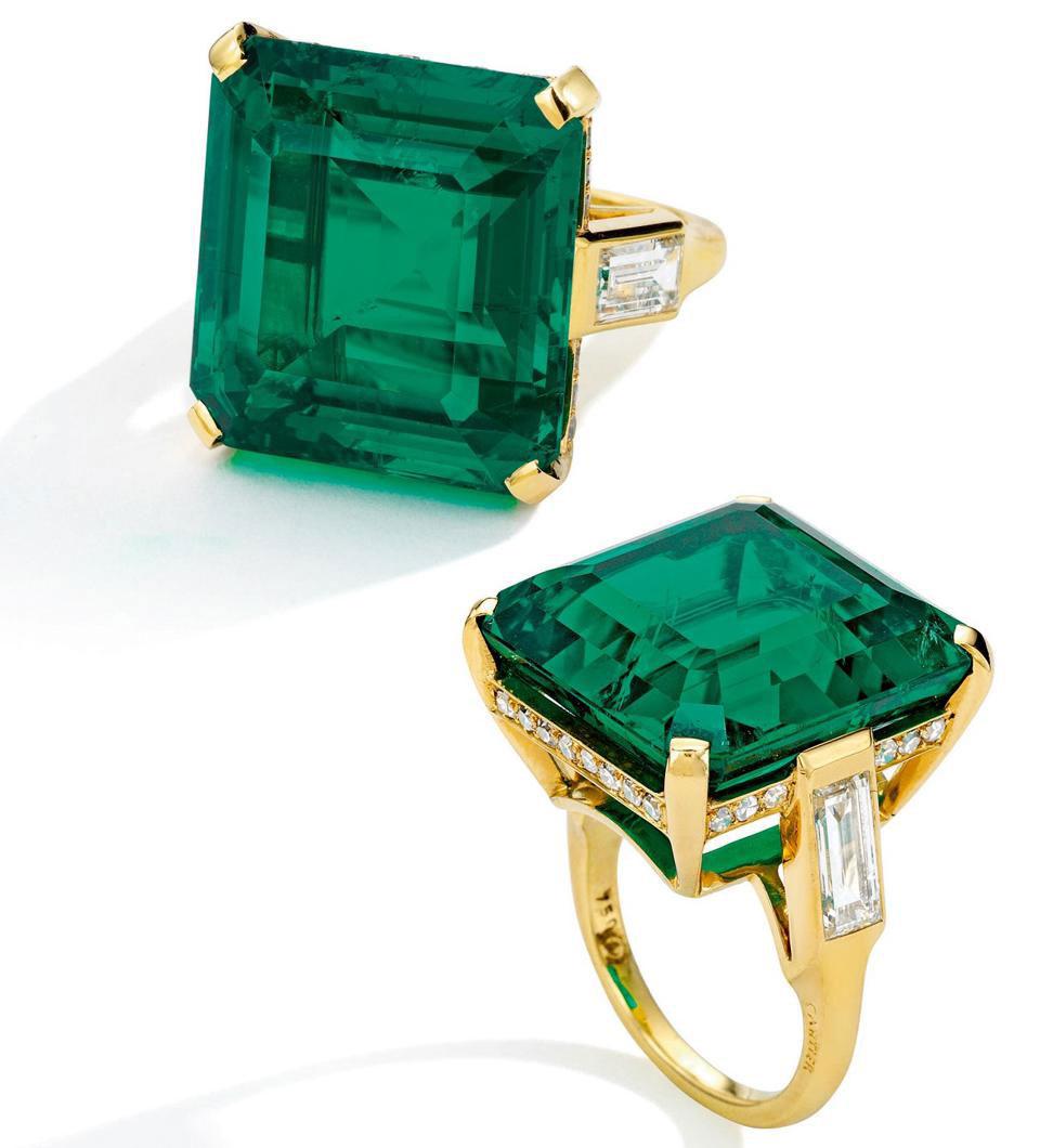 Nhẫn bằng vàng 18, cẩn ngọc lục bảo (emerald) và kim cương, của Cartier. Ảnh: Sotheby's