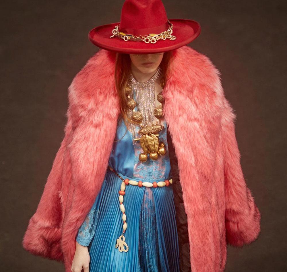 Một thiết kế lông thú giả của Gucci mùa Xuân Hè 2019. Chất liệu giả lông cáo như thật vì tạo được độ dày – nhọn đặc trưng tương tự lông thú thật. Sản phẩm của công ty Fur-Textiles Nederland.