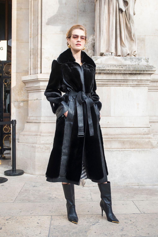 Người mẫu Natalia Vodianova trong áo khoác lông thú giả của Stella McCartney. Chất liệu lông thú giả làm từ ngô và polyester tái chế. Ảnh: Getty Images