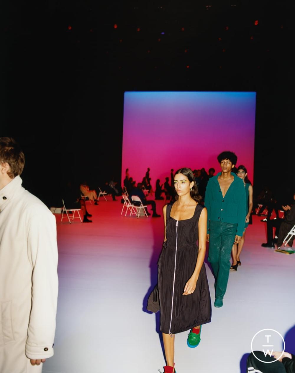 Show diễn ra mắt BST Xuân Hè 2021 của Bottega Veneta