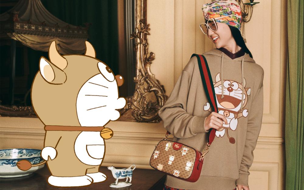 Túi đeo vai Light Doraemon x Gucci trong ảnh quảng cáo.