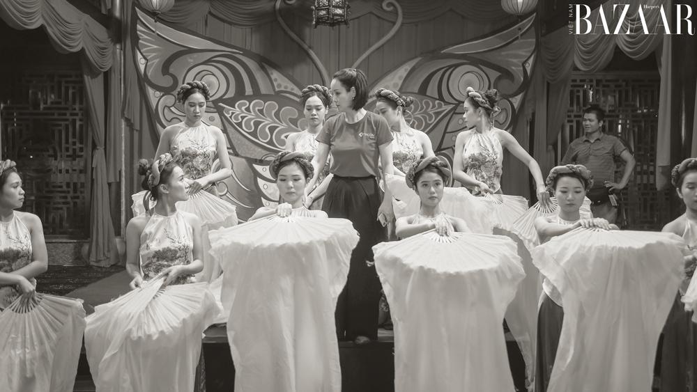 Đạo diễn Mai Thu Huyền hướng dẫn các diễn viên.