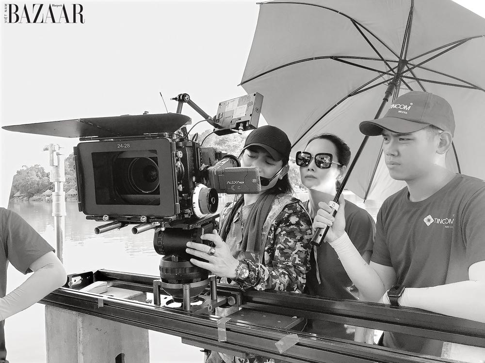 Đạo diễn Mai Thu Huyền trên trường quay.