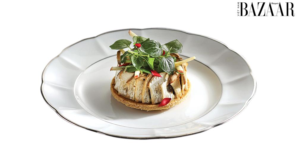 Món bánh táo lật ngược kiểu Pháp fusion với hành và cánh hoa.