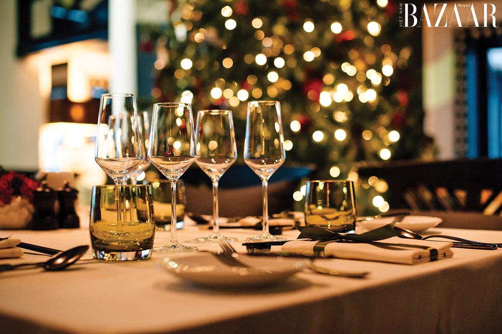Buổi tối, bạn có thể dùng bữa cùng những ly rượu vang chất lượng hảo hạng.