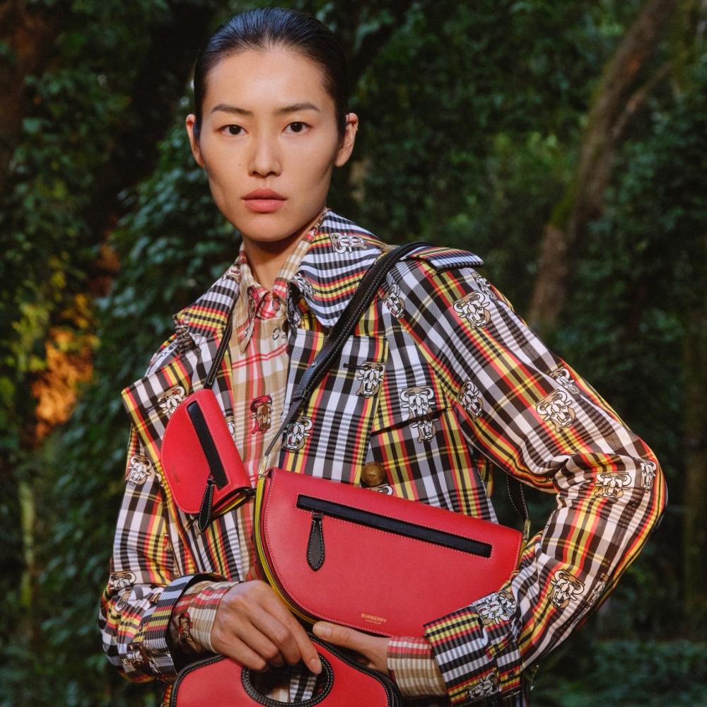 Lưu Văn – Liu Wen làm mẫu cho bộ sưu tập thời trang Tết Tân sửu 2021 của Burberry