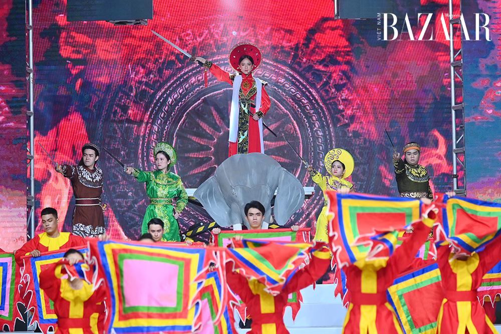 Bella Vũ Huyền Diệu hóa Trưng Trắc tại lễ hội áo dài Phương Lly 6