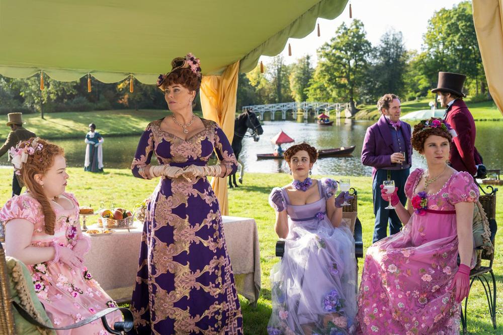 Xu hướng Regencycore và áo corset ảnh hưởng từ phim Bridgerton của Netflix